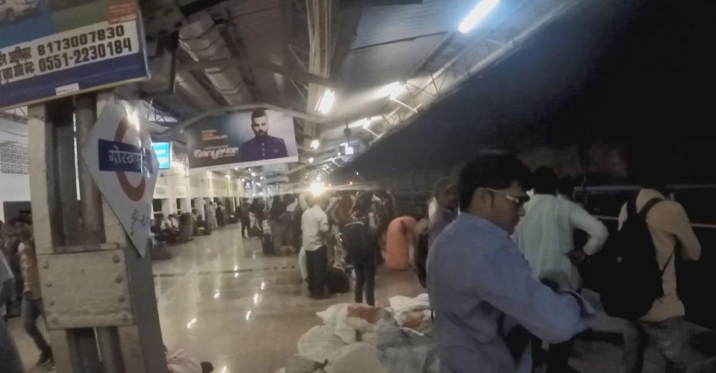 Indický noční vlak do Váránasí přijíždí...
