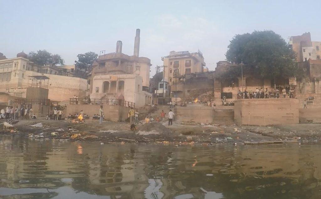 Kremace u svaté řeky Indie
